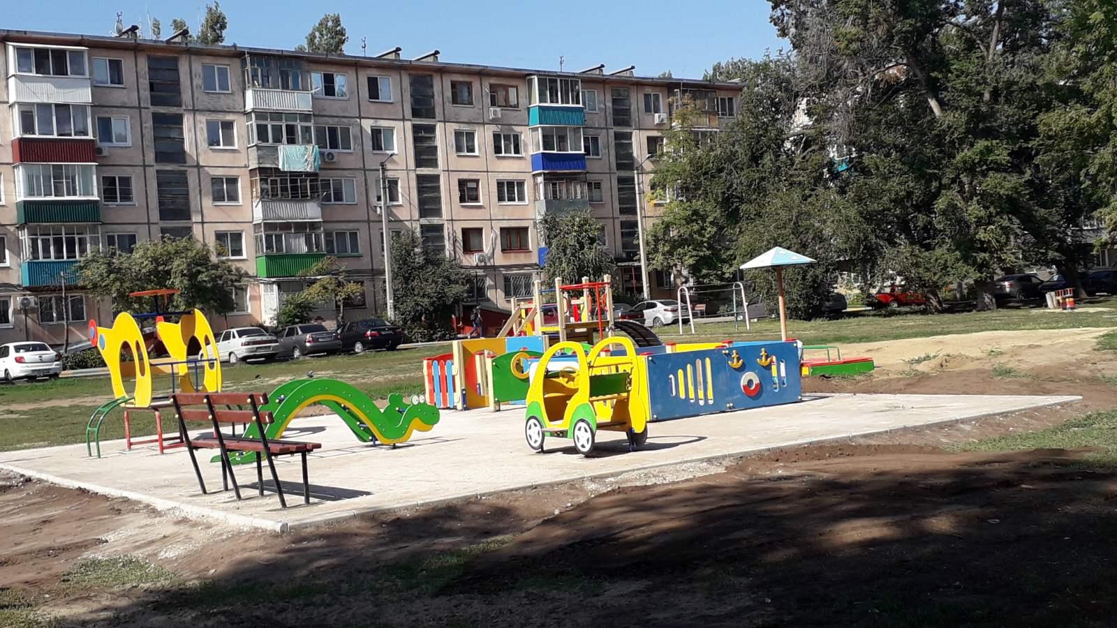На территории ТОСов, победивших в конкурсе социально значимых проектов «Территория общественного самоуправления», заканчивается установка новых современных детских и спортивных площадок