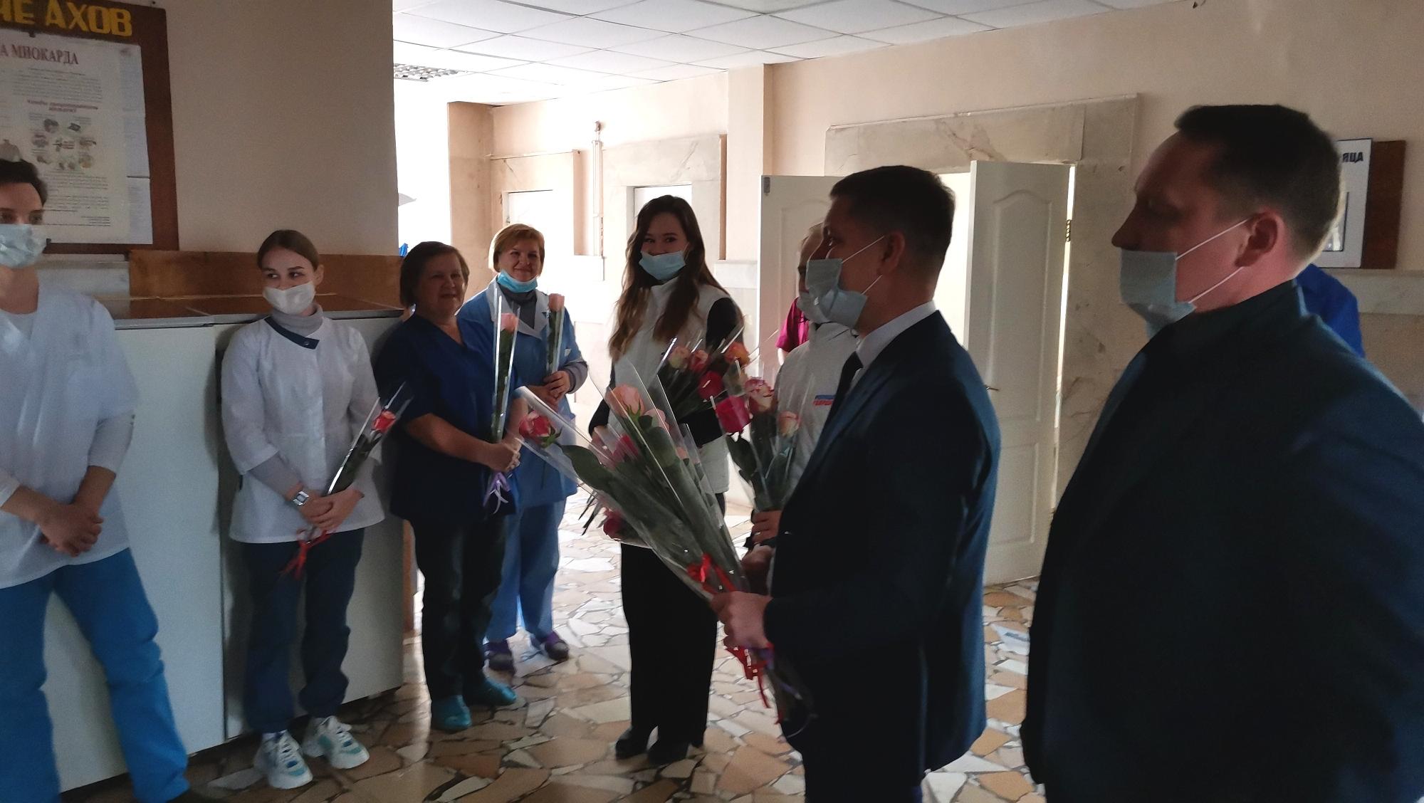 Глава города Балаково Роман Ирисов и председатель комитета Леонид Родионов поздравили работников скорой помощи с профессиональным праздником.